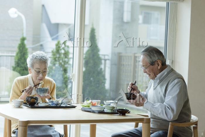 食事を摂るシニア夫婦