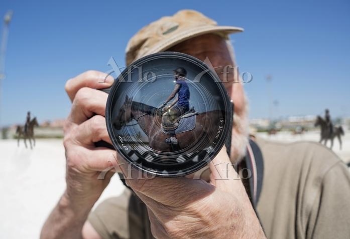 カメラを構えるシニア男性