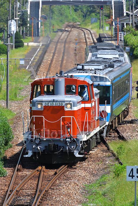 徳島県 土讃線 ポイントを渡るDE10牽引訓練運転列車