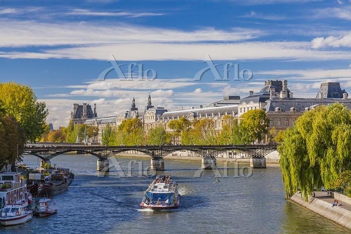 フランス パリ セーヌ川と観光船