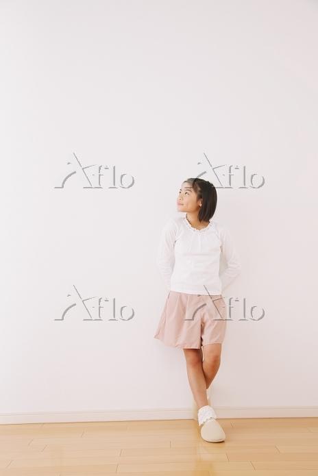 見上げる女の子