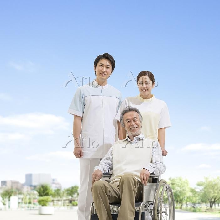 車椅子に乗る患者と看護師