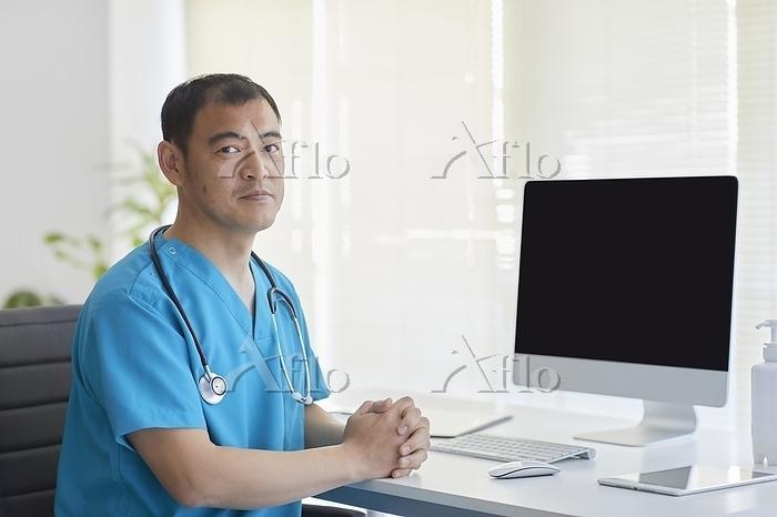 オンライン診療をする日本人男性