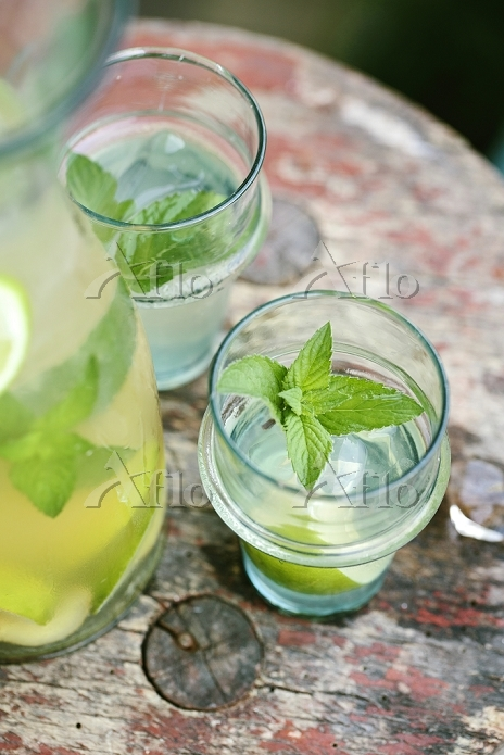 Iced tea with lime and mint,