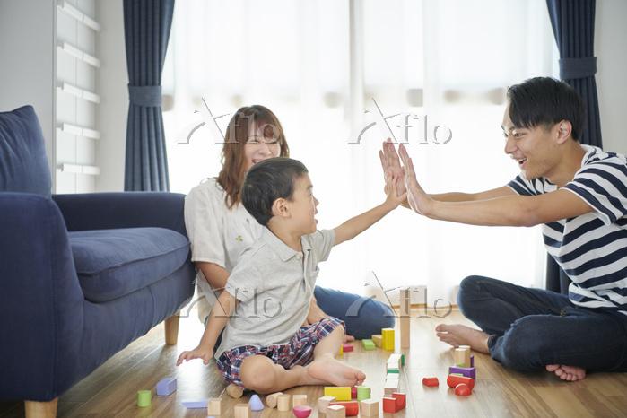 一緒に遊ぶ日本人親子