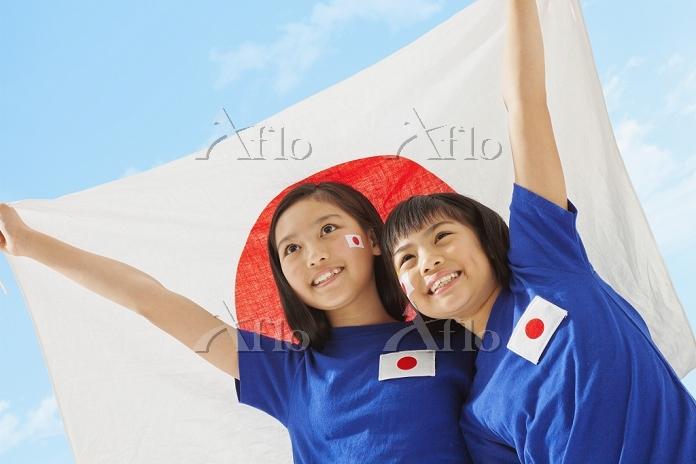日本国旗を持つサポーターの女の子