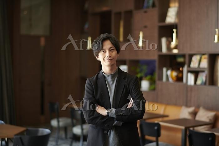 カフェにいる笑顔の日本人男性