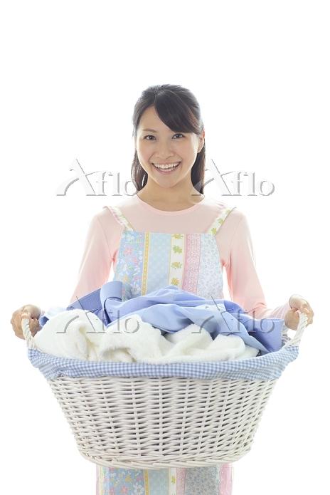 洗濯物の入ったかごを持つ若い主婦