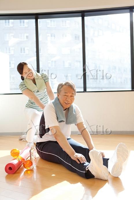 ストレッチをしている中高年夫婦