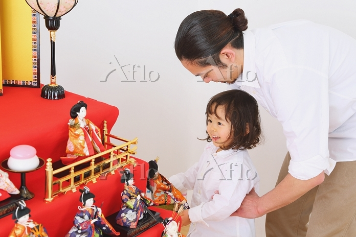 ひな人形の飾り付けをする日本人親子