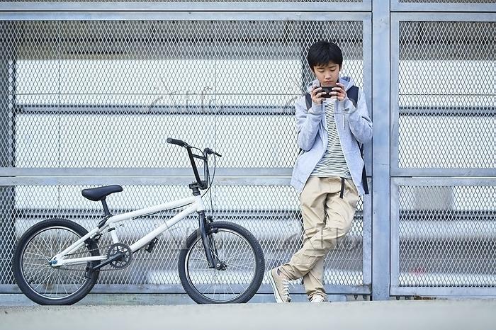 スマホを見る日本人中学生
