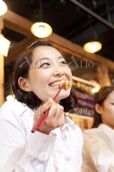 ホルモン焼きを食べる日本人女性
