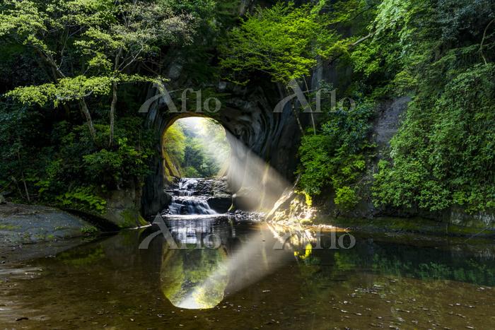 千葉県 春の濃溝の滝 亀岩の洞窟