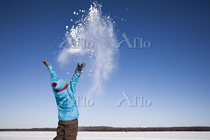 雪遊びの子供