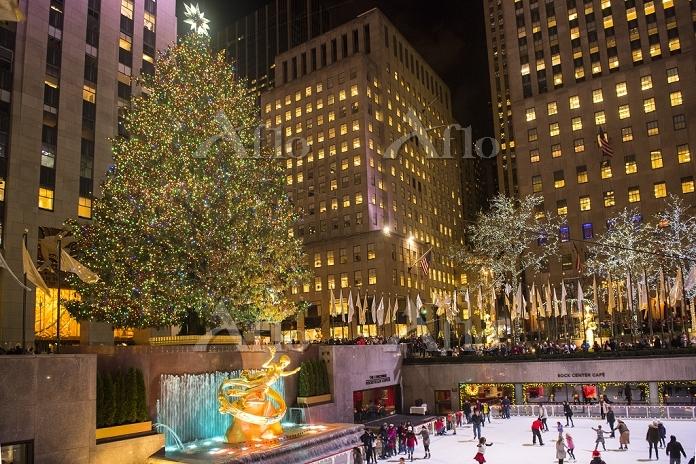 アメリカ合衆国 ロックフェラーセンターのクリスマスツリーとア・・・