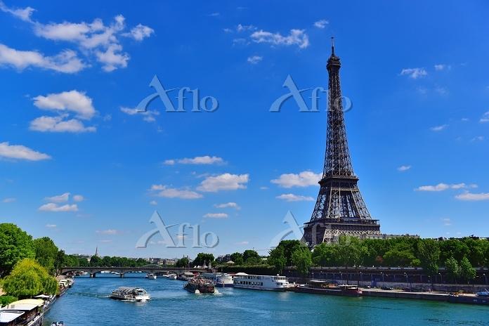 フランス パリのパッシーにあるビル:アケム橋からのセーヌ川と・・・