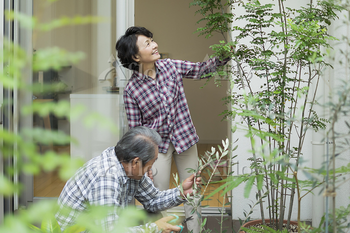 ガーデニングを楽しむ日本人のシニア夫婦