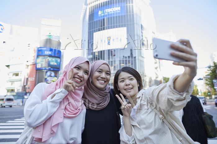 ムスリム女性の東京観光を案内する日本人の若者