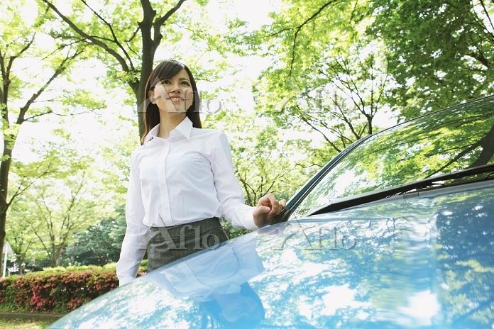 車とビジネスウーマン