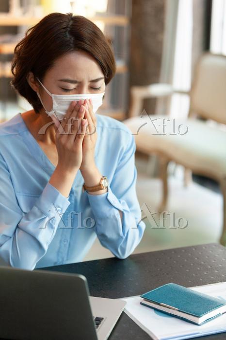 マスクをしたビジネス女性