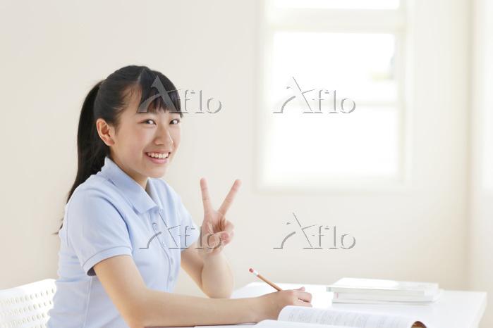 塾で授業中の高校生