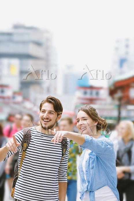 浅草を観光するカップル