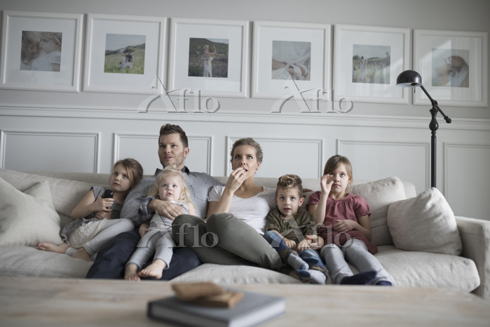 テレビを見て団らんする外国人家族