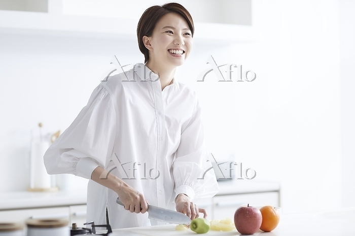 フルーツをカットする日本人女性