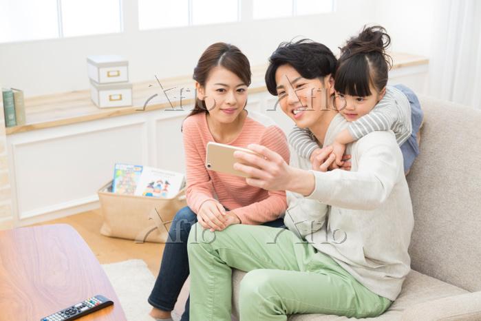 スマートフォンで写真を撮る日本人家族