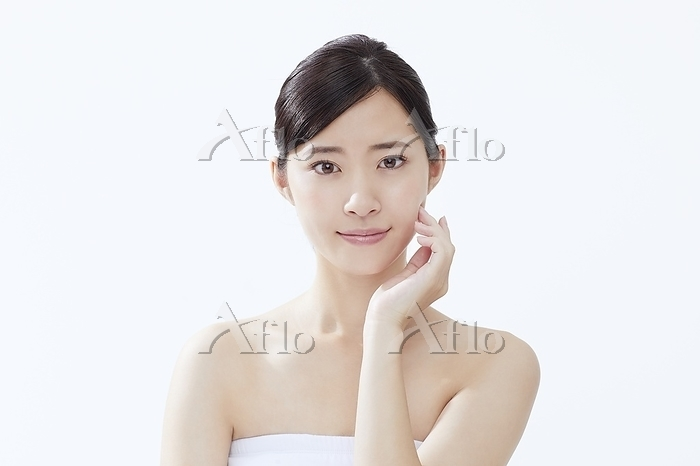 頬に手を当てる日本人女性