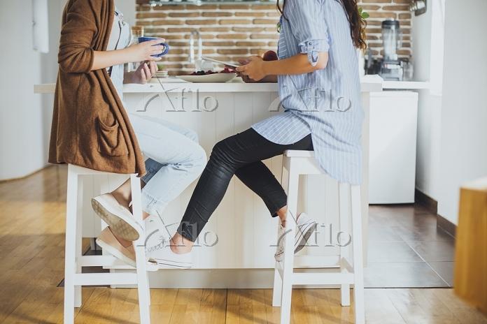 Caucasian women sitting at cou・・・