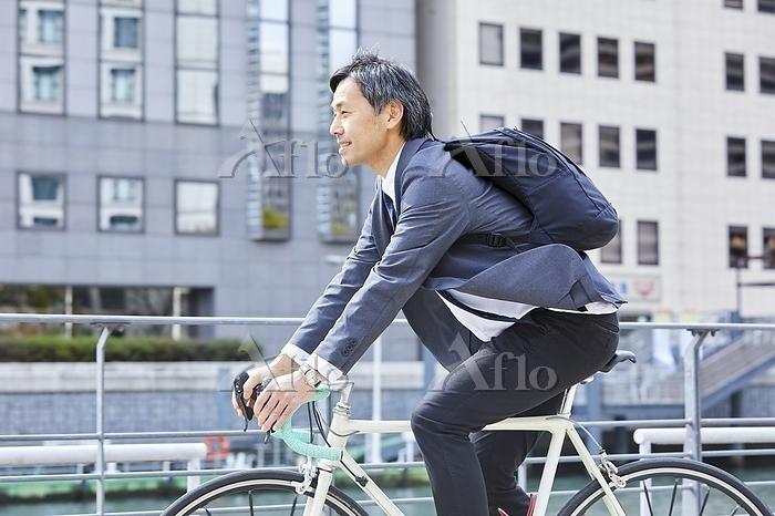 自転車通勤する日本人ビジネスマン
