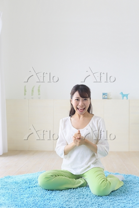 アイディアがひらめいた若い日本人女性