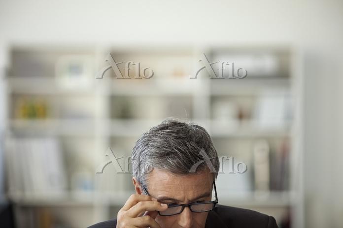 眼鏡を調整する中高年外国人男性