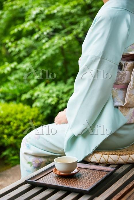 縁側に座る着物を着た日本の女性