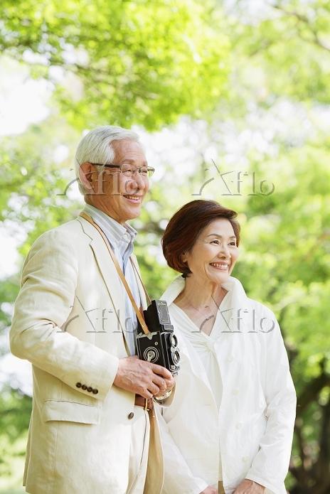 新緑とシニア夫婦