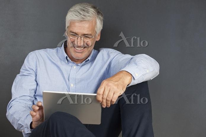 タブレットを利用するビジネスマン