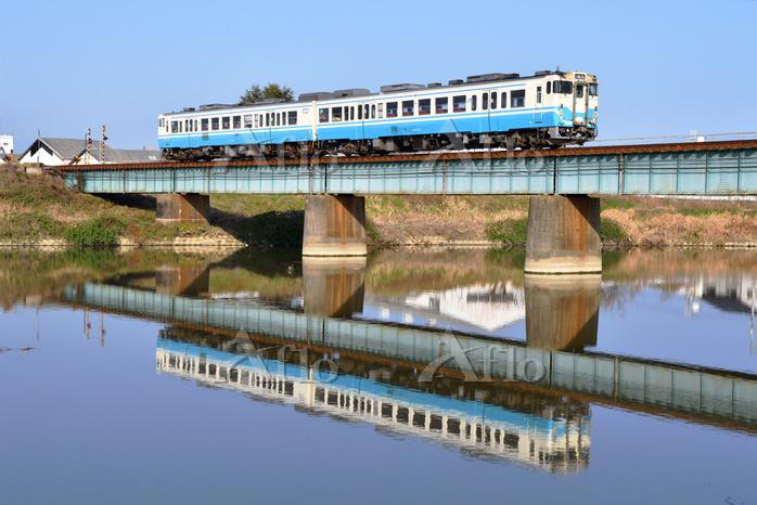 香川県 高徳線 鉄橋を渡る水鏡のキハ47系(四国色)普通気動・・・