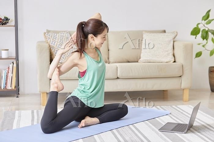 オンラインでヨガをする若い日本人女性