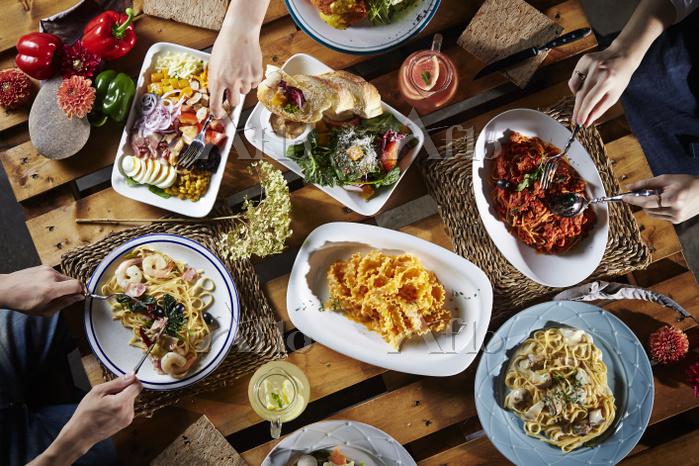 食卓とたくさんの料理