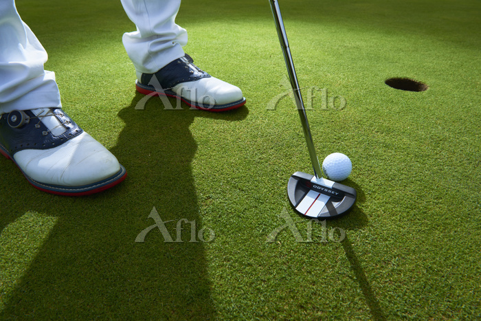 パッティングするゴルフ選手