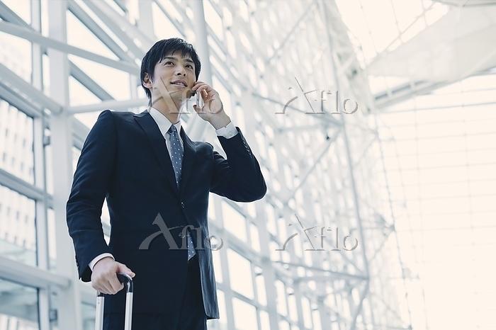 電話する日本人ビジネスマン