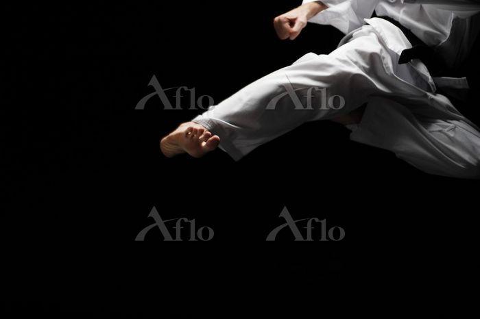 空手 キックをする男性の足