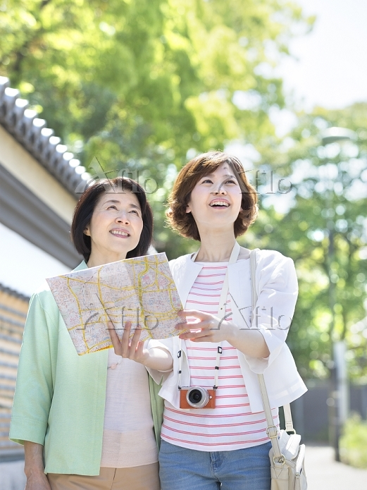 地図を持ち見上げる母と娘