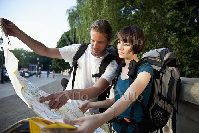 地図を見るバックパッカーの外国人カップル