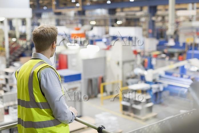工場 外国人男性
