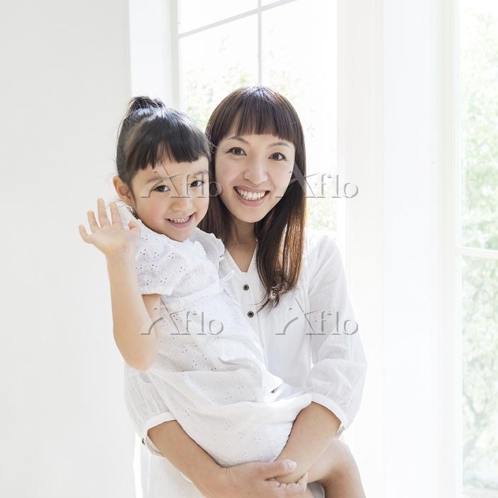 娘を抱く母親
