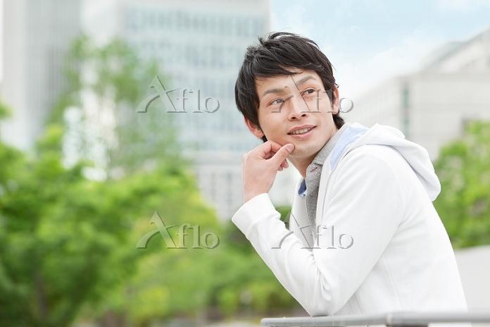 眺める日本人男性