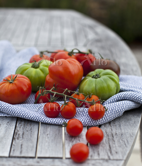 Various tomatoes on a wooden g・・・