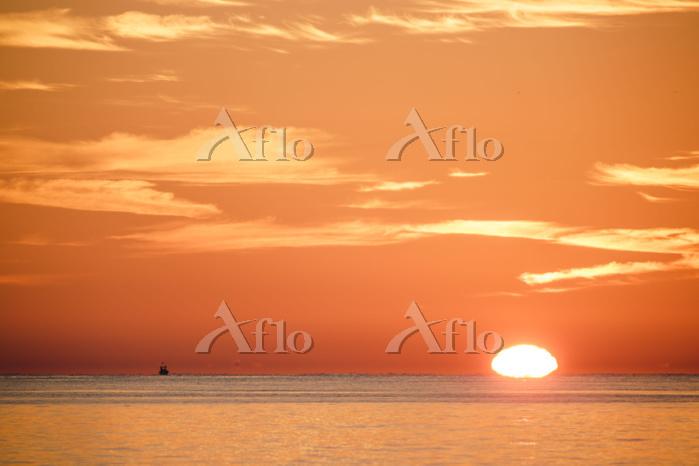 スペイン 朝日と水平線の船